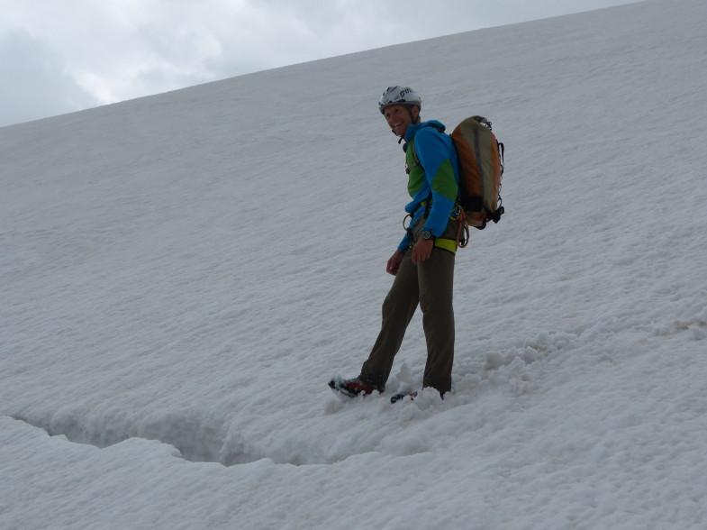 Andi vor einem Schneemaul, der Gletscher spaltenarm