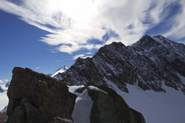 Unser Abstiegsweg, links hinten der Schalfkogel...der Grat einfach mit kompaktem Fels..mit Schnee etwas schwieriger