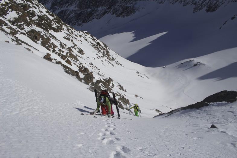 Die schmale Rinne, ostseitig und um die 40 GRad steil. Wäre heute auch mit Skiern gegangen wenn uns die zwei Kameraden aus dem Norden nicht den Weg versperrt hätten