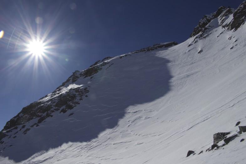 Der steile Gipfelhang nach dem langen Zustieg, Steilheit über 40 Grad und heute bockhart :-D