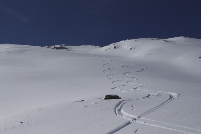 Die ersten Spuren in den Gipfelhang gezaubert