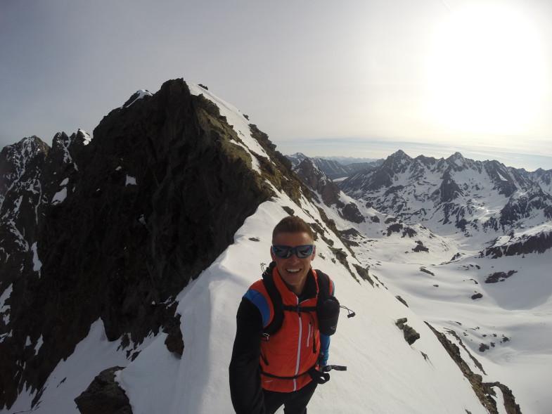 Am Grat mit Gipfel im Rücken