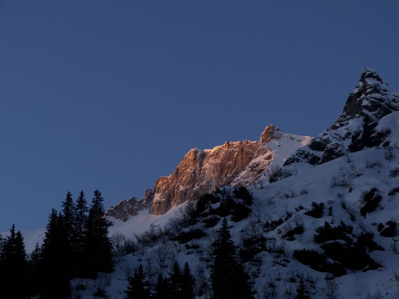 Die ersten Sonnenstrahlen erreichen die Weißwandspitze
