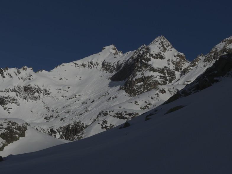 Der Gipfel in der Bildmitte, Anstieg direkt in Gipfelfalllinie