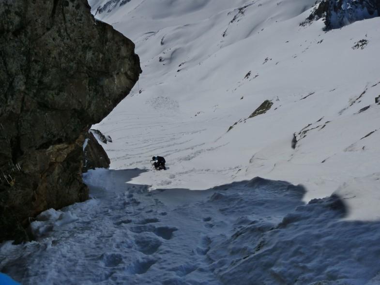 Engstelle mit Skiern heute nicht mehr machbar. Ohne Steigeisen grenzwertig
