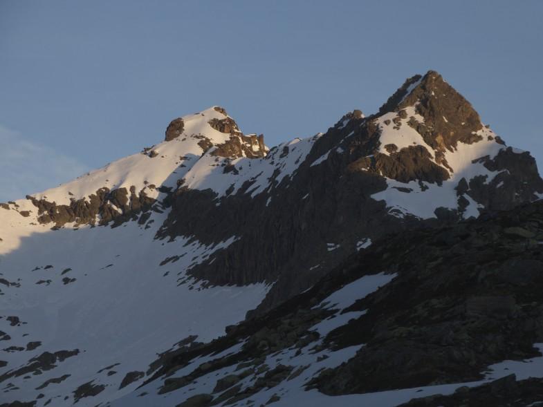 Wechnerkogel links den ich nun mit Skiern und zu Fuß bestiegen habe. Rechts vom rechten Gipfel nicht mehr im Bild zu sehen die Wechnerscharte.