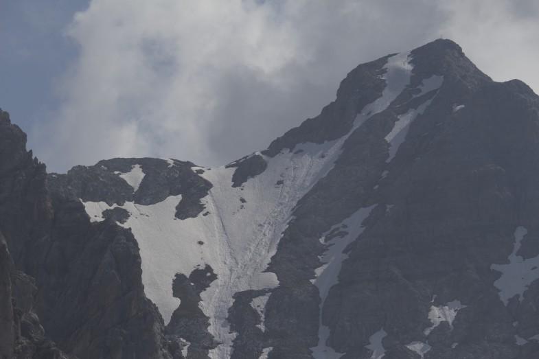 """Der erste Blick hinüber zur Hohen Warte. Der neue Steig geht direkt entlang der """"Felsrippe"""" in Gipfelfallinie"""