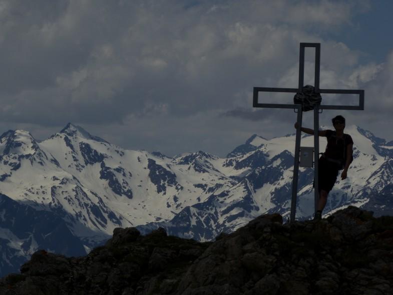 Sonja am Pfoner, dahinter links Schneespitze und Östlicher Feuerstein, rechts der Wilde Freiger