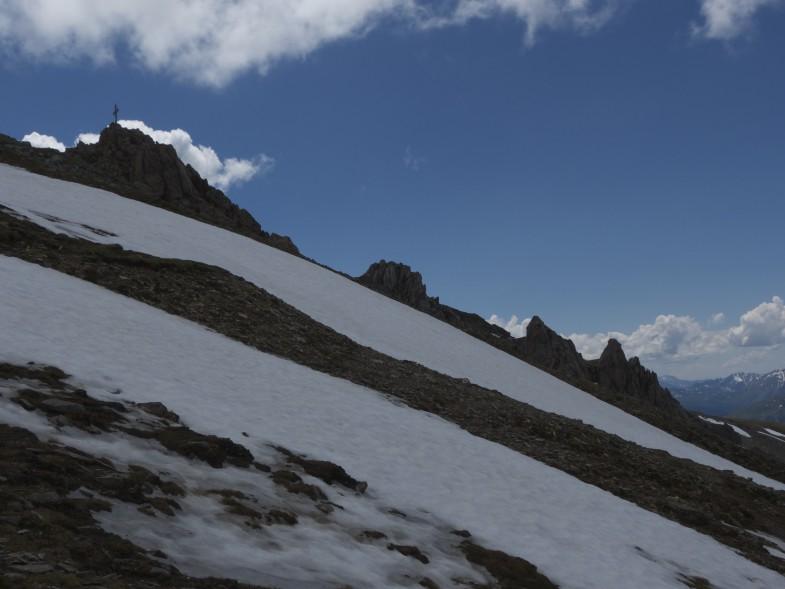 Abstieg Pfoner mit Blick retour auf den Gipfel und den Rauhen Kamm