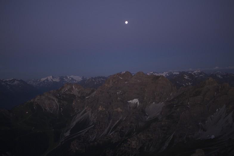Mond über den Stubaiern