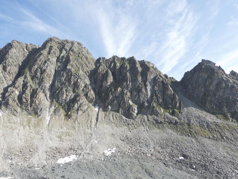Die höchste Erhebung ist der Gipfel der Uelasgratspitze, durch die Rinne geht es hinauf
