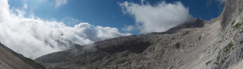 Das Seefelder Platt, im Nebel hinten die Leutascher Dreitorspitze