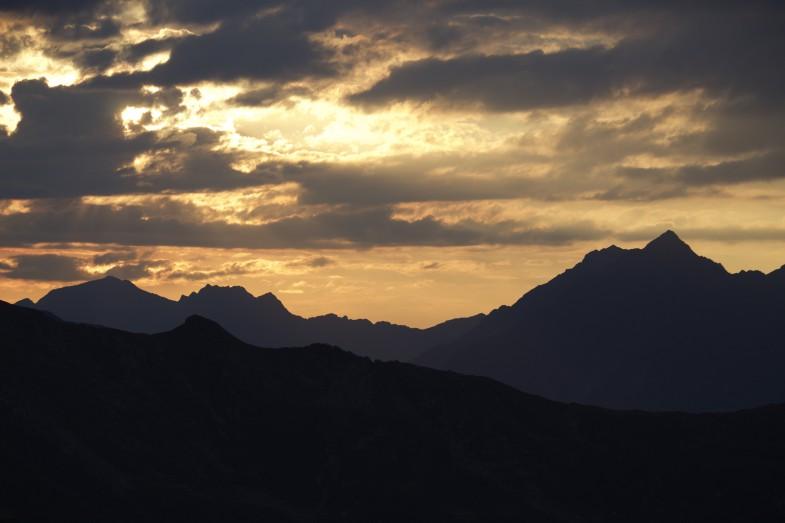 Sunset, rechts Rosskogel und Weissstein