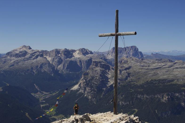 Gipfel Heiligkreuzkofel, rechts hinter dem Gipfelkreuz der Langkofel