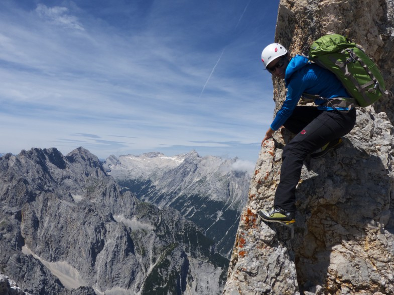 """Sonja in der """"Schlüsselstelle"""" mit ausgesetzter Kletterei in gutem Fels"""