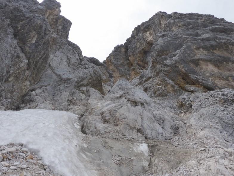Die unsympathische Rinne, ohne Schnee sehr brüchig und Steinschlag gefährdet