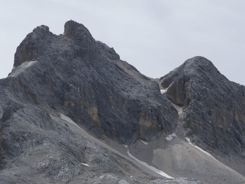 Links Gipfel und rechts die Abstiegsrinne