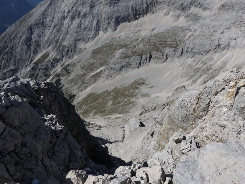 Da hinunter immer gut markiert mit Steinmandeln. Am Gratansatz der Birkkarspitze quert man hinüber zum Anstiegsweg