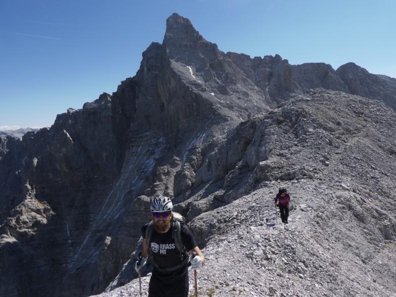 Der Gipfel im Hintergrund. Der Abstieg für mich nie schwerer als maximal II; Wenn man sich auf den Rippen hält auch nicht bröslig wie in vielen Berichten beschrieben!