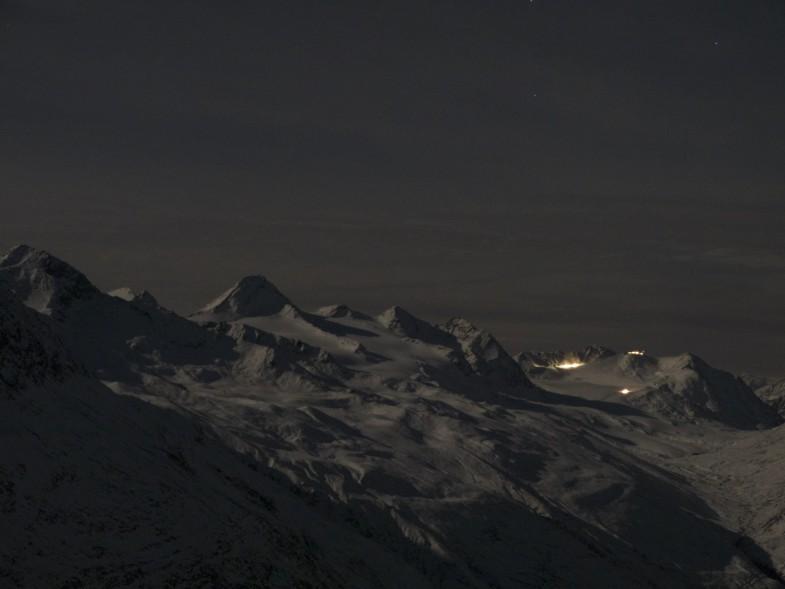 Reger Betrieb im Skigebiet Kurzras, links die Fineilspitze
