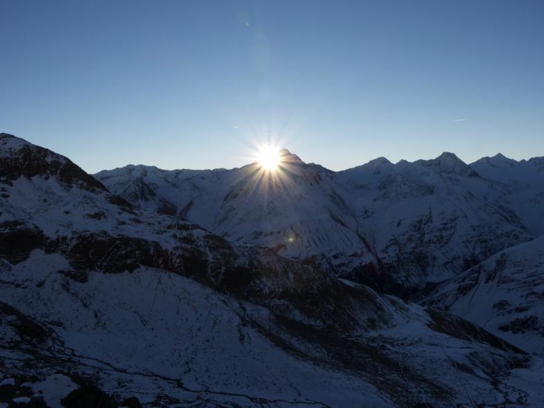 Sonne zeigt sich hinter dem Großen Ramolkogel