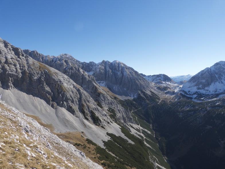 Anstieg am Südgrat, hinten die Stempeljochspitzen sowie Halltaler Rosskopf, Pfeisenspitz rechts der Bildmitte