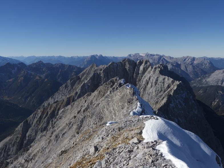 Westliche Praxmarerkarspitze mit Ausblick zum Barthgrat und den Jägerspitzen