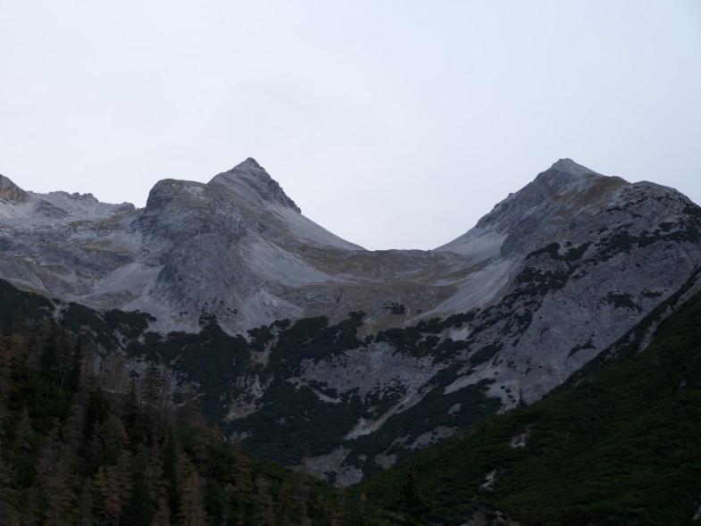 Im Ausfstieg, links der Unbenannte Gipfel, rechts die Moserkarspitze