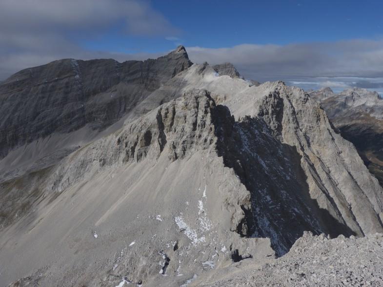 Moserkarspitze, ganz hinten die Kaltwasserkarspitze mit Ihrem langen Südgrat, davor Bockkarlspitze und der Unbenannte Gipfel. Abstieg erfolgte über den Südgrat und dann die Querung hinein in die östliche Moserkarscharte.