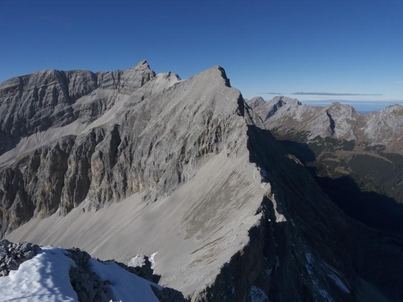 Kühlkarspitze, der dritte Gipfel für heute. Gegenüber die markante Moserkarspitze und der etwas luftige Abstieg über den Ostgrat.