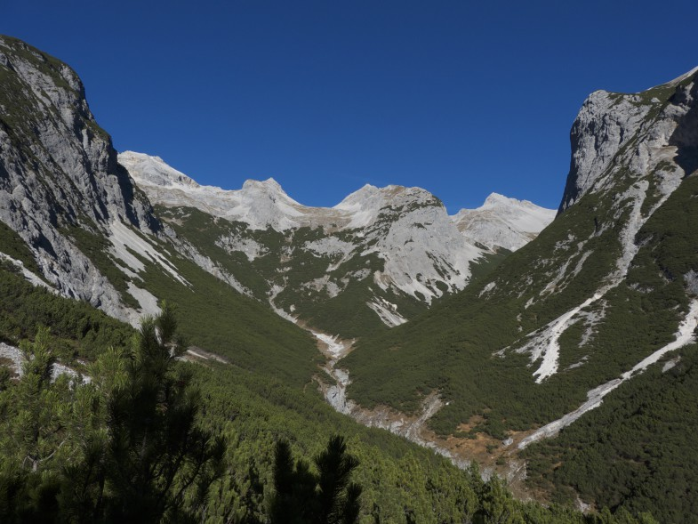Raddepot wieder erreicht. Ganz links die Bockkarlspitze, Unbenannter Gipfel, Moserkarspitze und ganz rechts die Kühlkarspitze.