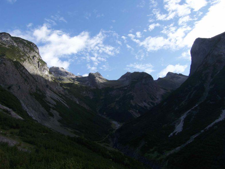 Rauhkarlspitze links der Bildmitte, rechts der Unbenannte Gipfel und die Moserkarspitze