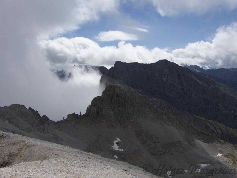 Blick zum unbenannten Gipfel und den markanten Sonnenspitzen