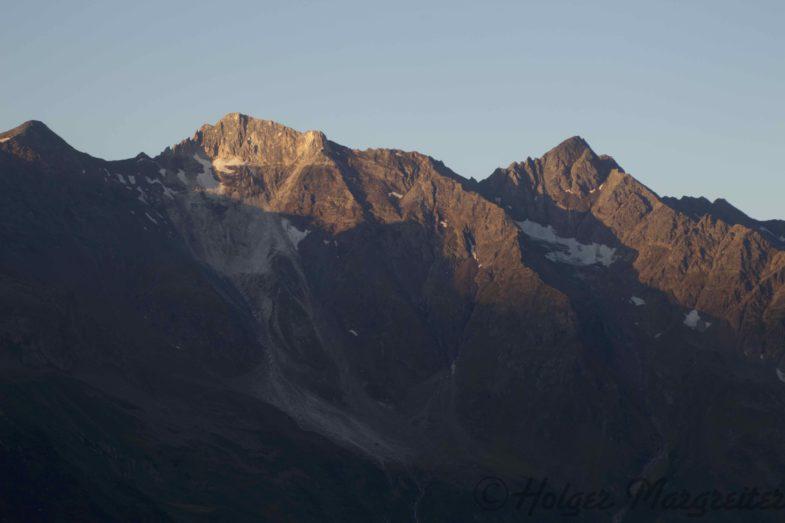 Die Sonne erreicht die Weißwandspitze