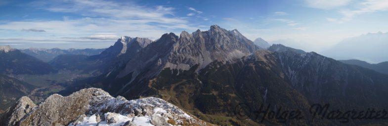 Gipfel Handschuhspitze mit Zugspitze und Co