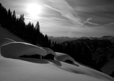 An der tief verschneiten Alpigalm vorbei