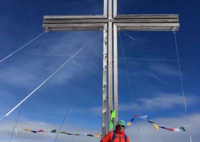 Andi posiert beim Kreuz