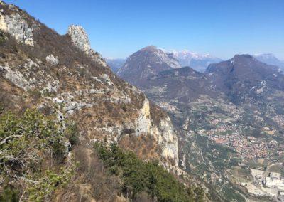 Im Abstieg der Blick hinüber zum jetzt viel besuchten Gipfel