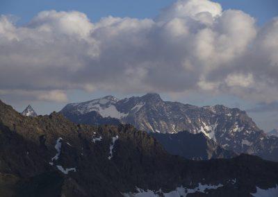 In der Ferne von links Larstigspitze- Breiter Grieskogel und derStrahlkogel